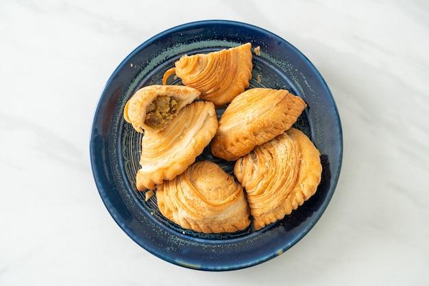 Слоеное тесто карри фаршированная курица на тарелке