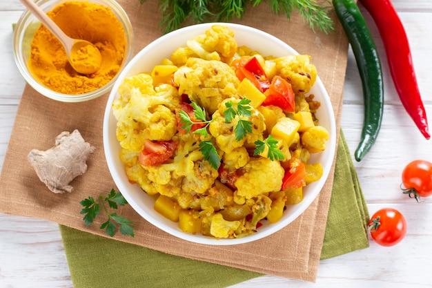 Жареная цветная капуста карри - вегетарианское овощное блюдо, выборочный фокус