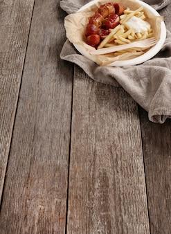 Карри вюрст с соусом и картофелем фри