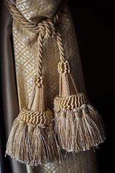 茶色のロープで飾られたカーテン