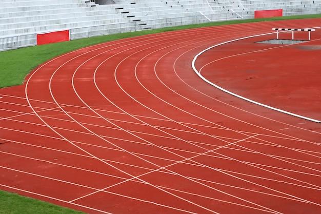 Curve of race track на большом футбольном стадионе