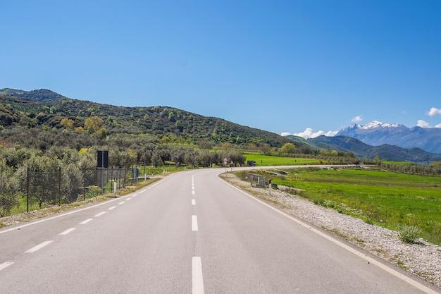アルバニアの高山にある湾曲したアスファルト道路。