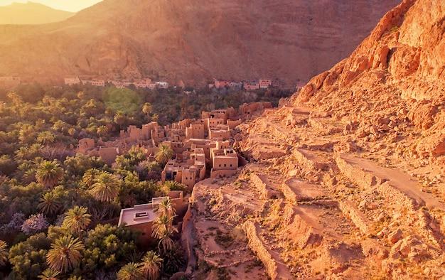 モロッコ、アトラス山脈の曲がりくねった道