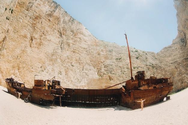 Изогнутый корабль на острове закинтос, пляж навагио