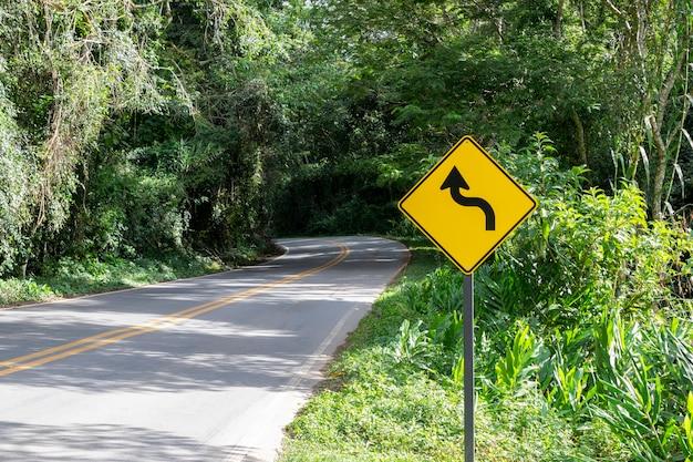 高速道路のカーブ道標