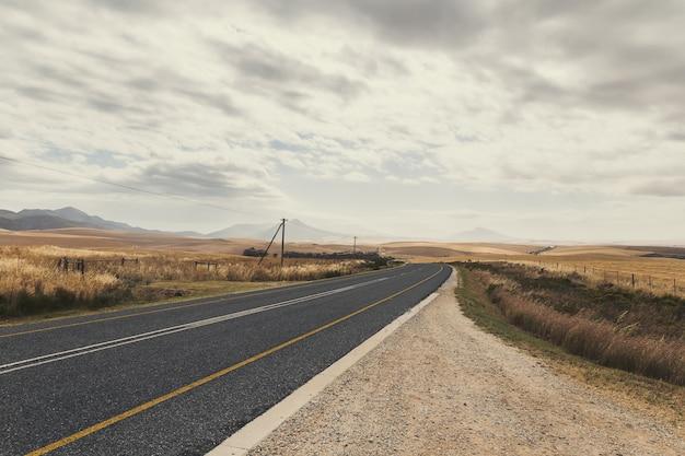 春の南アフリカ共和国の曲線の田舎道