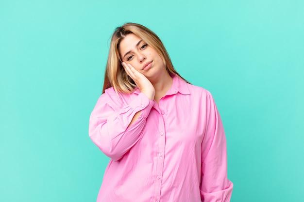 うんざりした後、退屈、欲求不満、眠そうな曲線のかなり金髪の女性
