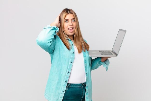 ノートパソコンを持っている曲線美のきれいな女性