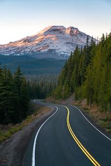 山の風景の中の曲がりくねった道