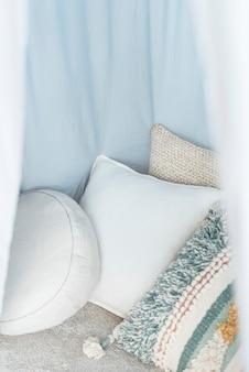 Cuscini in un accogliente baldacchino
