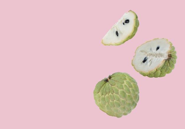 분홍색 배경에 커스터드 사과 과일입니다.
