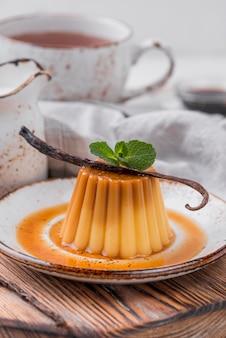 Заварной крем на тарелке с мятой и стручком ванили