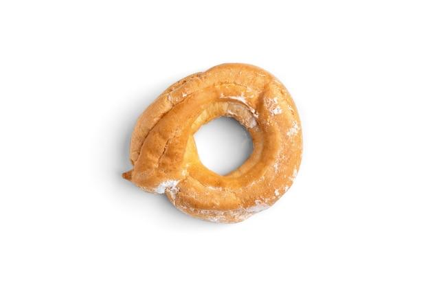 Кольца заварного крема или творога, изолированные на белом фоне.