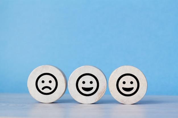 손님은 웃는 얼굴 아이콘을 선택하십시오. 서비스 등급, 만족도 개념.