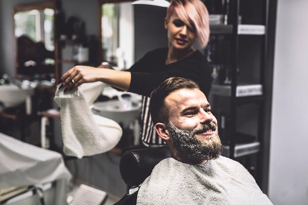 店内の顧客と理髪店