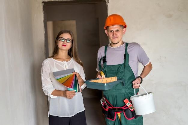 Заказчик и художник с образцами цвета и инструментами для рисования