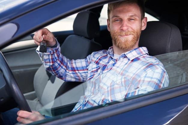 그의 새 차를 즐기는 고객