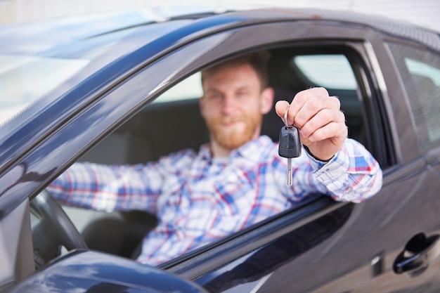 Cliente che si diverte con la sua nuova auto