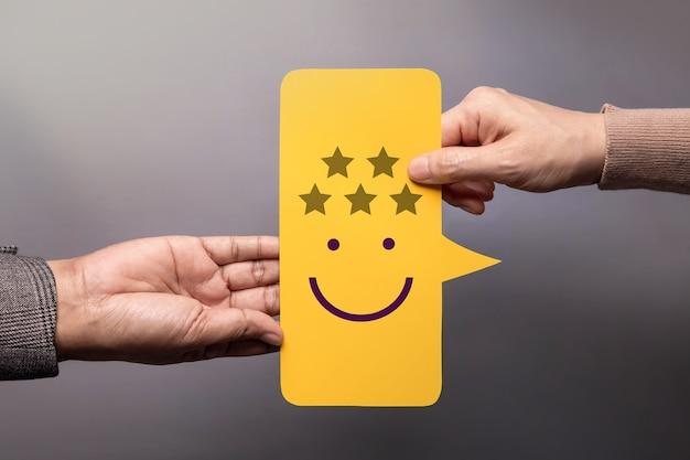 Концепция клиентского опыта. счастливый клиент, дающий бизнесмену пятизвездочный рейтинг и улыбающееся лицо на карточке с пузырьковой речью. положительный отзыв. исследование удовлетворенности. высокая лучшая отличная оценка