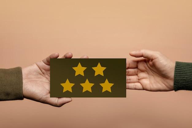Концепция клиентского опыта. счастливый клиент, давая пятизвездочный рейтинг обратной связи на карте бизнесмену. положительный отзыв. исследование удовлетворенности