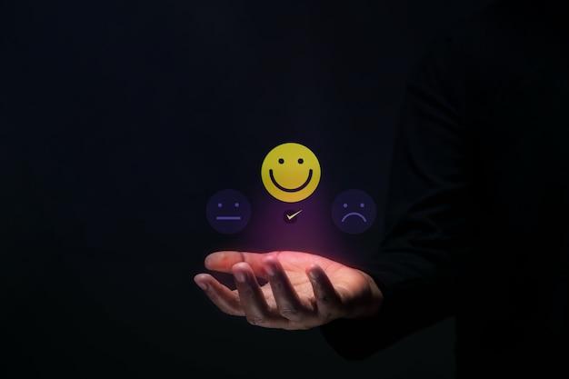 고객 경험 개념입니다. 긍정적인 리뷰를 제공하는 행복한 클라이언트. 제품 및 서비스에 대한 탁월한 피드백. 고객 만족도 조사. 마케팅 전략