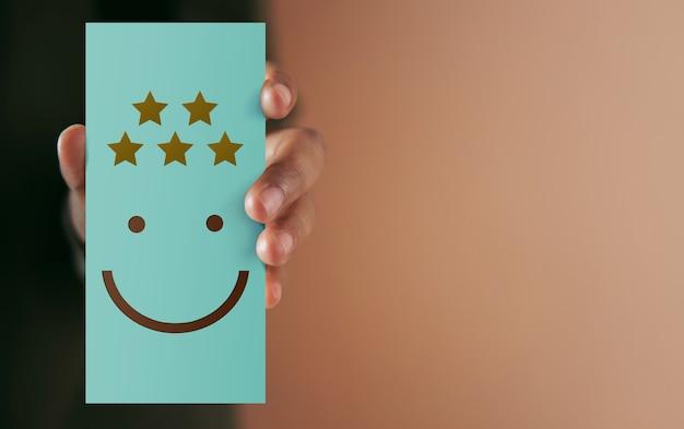 고객 경험 개념. 종이 카드에 긍정적 인 리뷰를주는 해피 클라이언트. 고객 만족도 조사