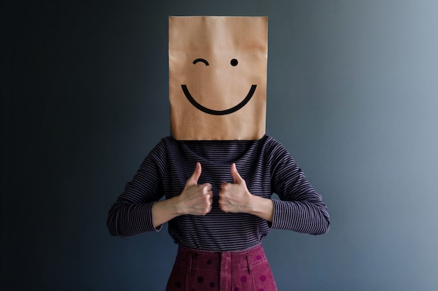 Опыт клиента или человеческая эмоциональная концепция. счастливое чувство и язык тела