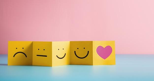 고객 경험 개념. 접힌 종이에 대한 피드백은 부정적에서 긍정적으로 검토합니다. 나쁨에서 훌륭함