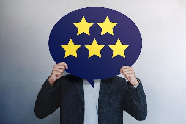 고객 경험 개념. 별 다섯 개 긍정적 인 리뷰를 보여주는 행복한 고객