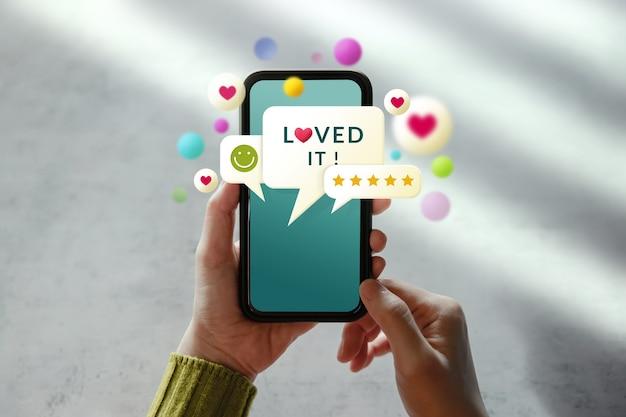 Концепция клиентского опыта. женщина, использующая мобильный телефон для обратной связи через интернет.