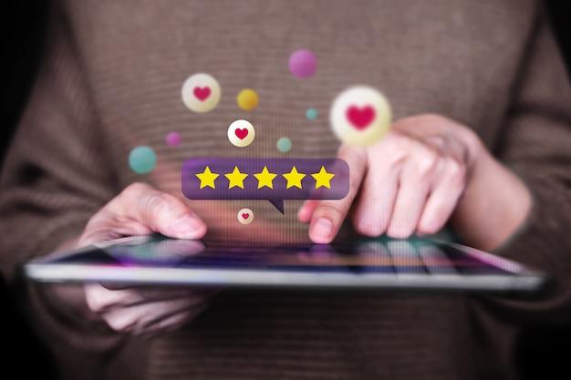 고객 경험 개념. 피드백 긍정적 인 검토에 태블릿을 사용하는 여자. 고객 만족도 조사