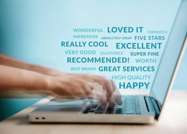 고객 경험 개념입니다. 입소문, 인터넷의 힘. 노트북을 사용하여 온라인 만족도 설문조사에 긍정적인 리뷰 피드백을 제공하는 clent의 모션 블러 이미지