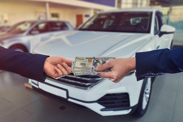 고객이 우리에게 돈을 판매자에게 판매하거나 새 차를 빌려주는 것입니다.