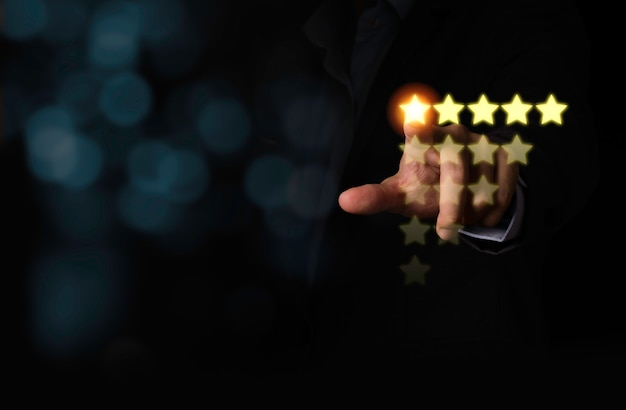 Рука клиента касаясь желтой иллюстрации 5 звезд виртуального экрана монитора для удовлетворения