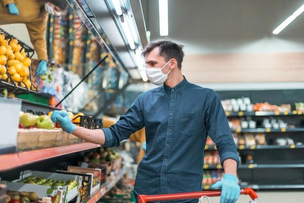 쇼핑 카트를 채우는 보호 마스크의 고객. 도시의 코로나 바이러스