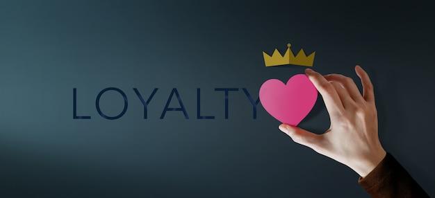 Концепция лояльности клиентов. клиентский опыт. счастливый клиент, дающий оценку «отличные услуги» за удовлетворение, представленный heart and crown