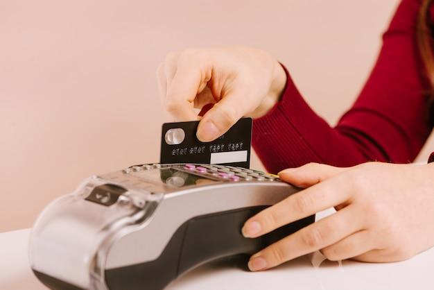 고객은 신용 카드를 사용하여 지불, 손 장치보기, 현금없는 방법 지불 청구서를 상업 공간 개념으로 만듭니다.