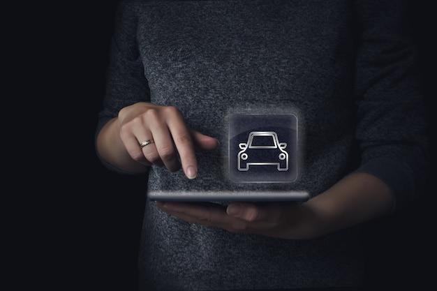 고객이 온라인 앱을 통해 택시를 주문합니다. 태블릿으로 택시를 주문하는 여자. 택시 모바일 개념에 전화하십시오.