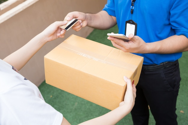 クレジットカードで商品を発送し、配送業者に送付するお客様