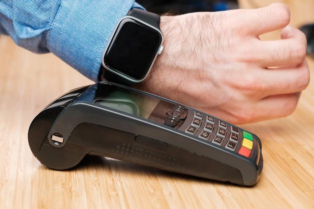 Nfc 기술 비접촉 결제 단말기를 사용하여 스마트 워치를 통해 결제하는 고객
