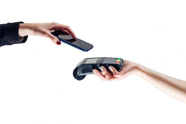 Клиент платит по технологии nfc. изолированный белый