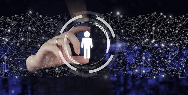 顧客情報。採用雇用ヘッドハンティング。手持ちデジタルホログラム人間、リーダーは都市の暗いぼやけた背景にサインします。ソーシャルメディアの概念。通信ネットワーク。