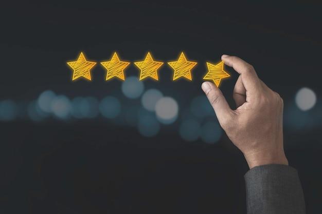 顧客満足度と製品サービス評価のコンセプト、手持ち、コピースペースで黄色い星を5つ星に置きます。