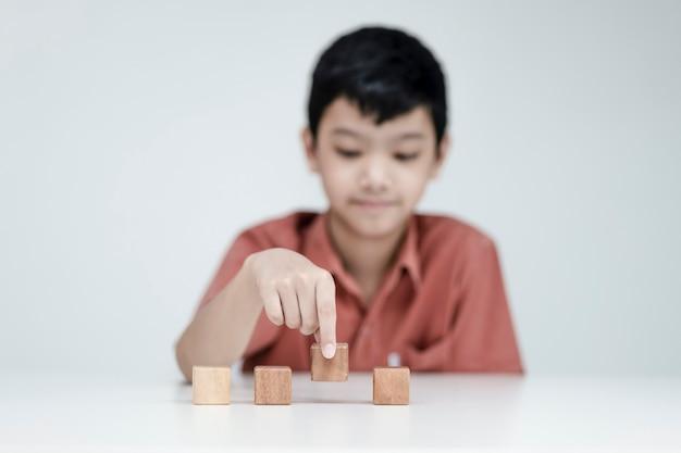 고객 서비스 및 만족 개념, 어린이 사람들은 웃는 얼굴 나무 큐브 행복한 미소 얼굴로 피드백을 보여줍니다