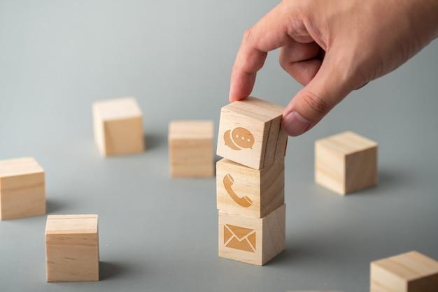 カスタマーサービス&キューブ木製キーボード上のお問い合わせアイコン