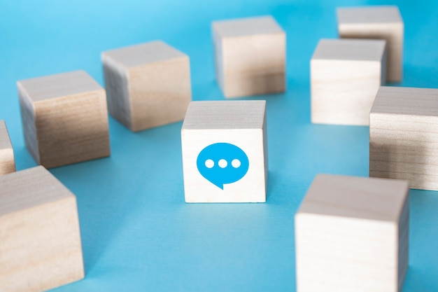 Служба поддержки клиентов свяжитесь с нами значок на деревянной клавиатуре куба