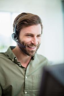 Руководитель службы поддержки клиентов, работающий в колл-центре