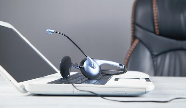 Гарнитура обслуживания клиентов и портативный компьютер.