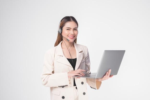 Оператор обслуживания клиентов женщина в костюме носить гарнитуру на белом фоне студии Premium Фотографии