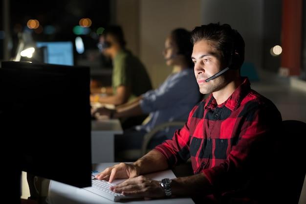 夜に働く顧客サービスオペレーター
